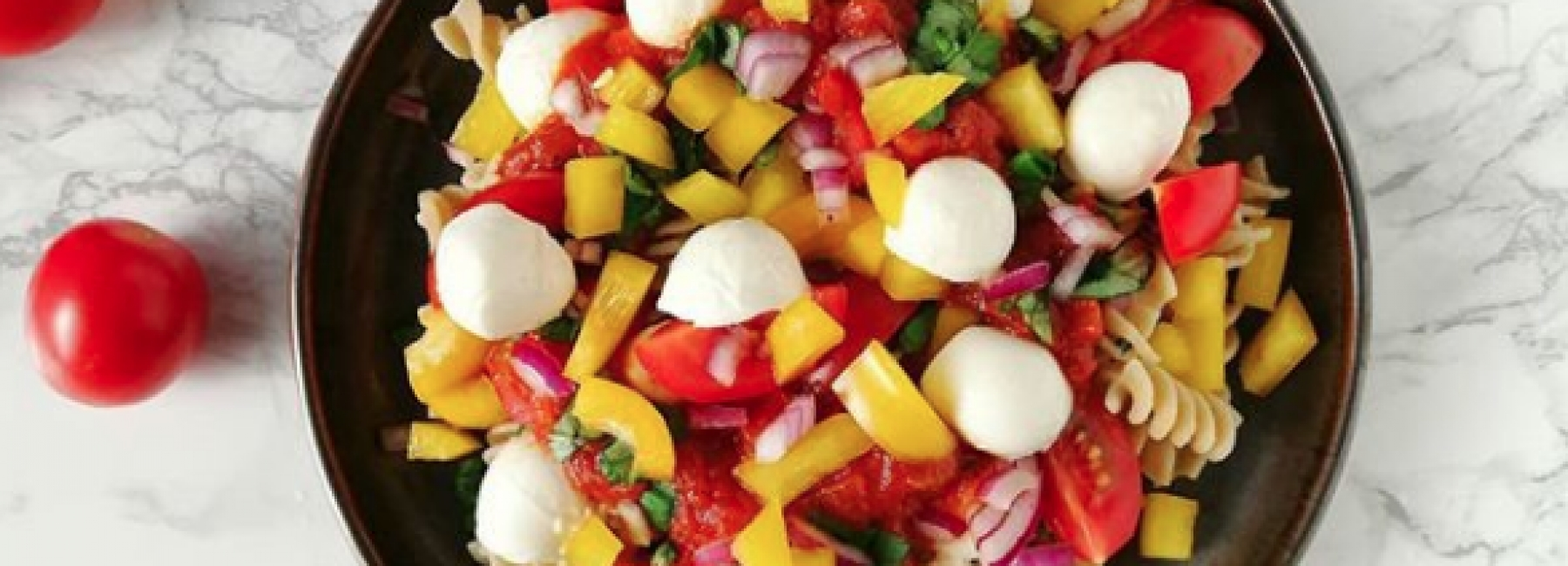 Fusilli met mozzarella, pepers, rode ui en citroen